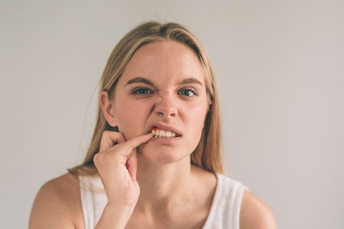 Deşosarea (retractarea gingiei) și dinții mobili