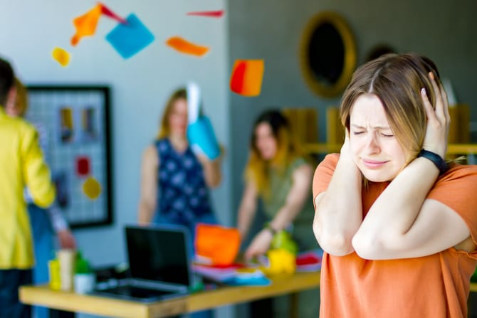 Zgomotul ne împiedică să lucrăm bine și ne obosește